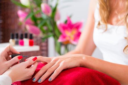 manicura: Mujer que recibe la manicura en el sal�n de belleza, u�as siendo pulido