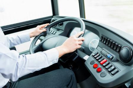 Chauffeur de bus dans le cockpit à la roue motrice