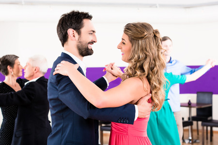 gente che balla: Giovani e anziani coppie ricevendo lezioni di ballo