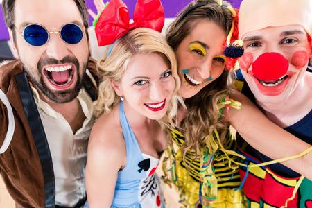 gente celebrando: Parte de personas que celebran el carnaval o Nochevieja Foto de archivo