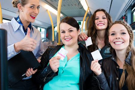 passeggeri di autobus che hanno acquistato un biglietto che mostra volentieri all'ispettore