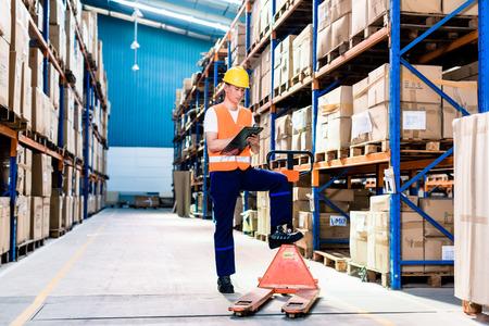 Aziatische man in industrieel pakhuis controle lijst