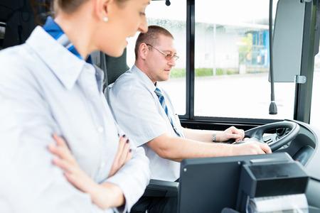 bus driver: Autob�s o autocar conductor y gu�a de turismo