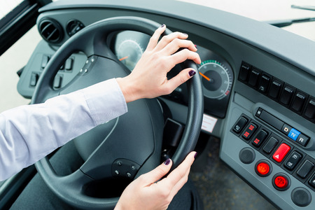 chofer de autobus: Chofer de autobús en la cabina en la conducción de la rueda