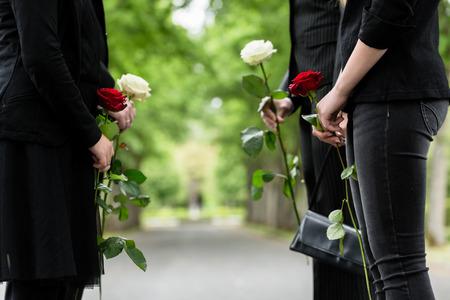 muerte: Familia en la guardia de honor en el funeral, sólo el torso de las personas a ser visto Foto de archivo