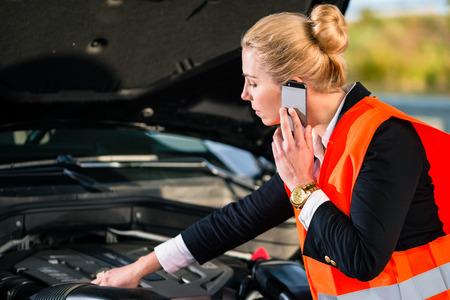 llamando: Mujer con problemas de motor de coche que llaman servicio de reparaci�n