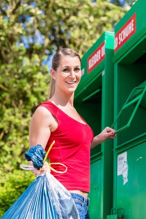 saltar: Mujer en ropa de reciclaje de salto Foto de archivo