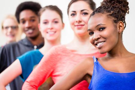 gimnasia: Las mujeres j�venes y hombres bailando y haciendo gimnasia