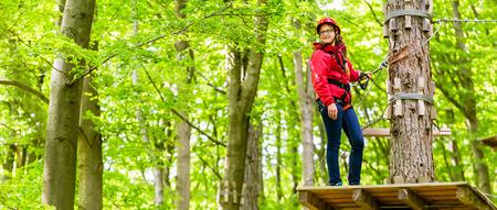 confianza: Escalada Muchacha del adolescente en curso de cuerda o parl
