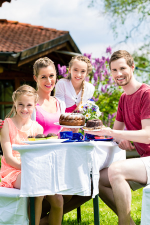 家人在花园里喝咖啡,吃蛋糕