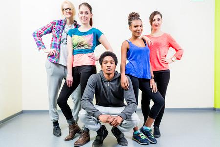 baile hip hop: Hombres y mujeres jóvenes en la clase de baile posando Foto de archivo