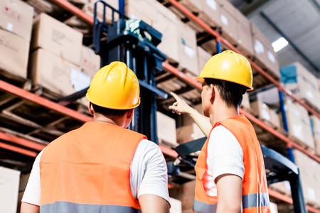 pallet: Equipo trabajador hacer un inventario en almacén logístico