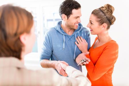 pareja en casa: Alojamiento corredor que da clave a casa a pareja