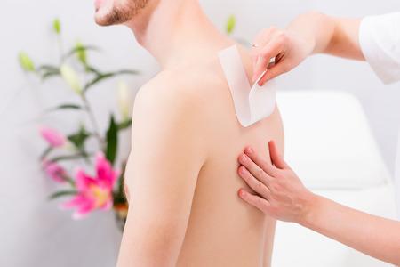 depilaciones: El hombre que recibe la depilaci�n para la depilaci�n en sal�n de belleza Foto de archivo