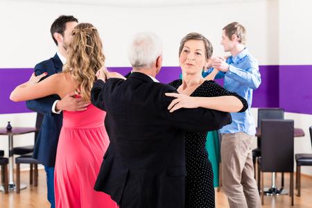 Un groupe de gens dansant dans la classe de danse amusant