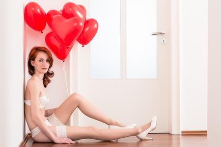 tacones rojos: Mujer en ropa interior nupcial con globos rojos