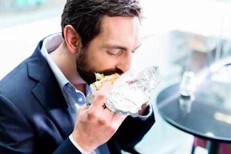 hombre comiendo: Hombre comiendo Doner Kebap Foto de archivo