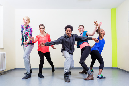 Group of young people having dance class in gym Banque d'images