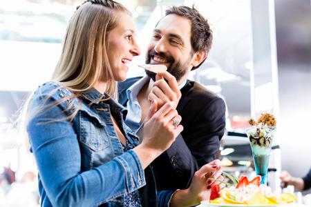 coppa di gelato: Donna che mangia frutta sundae in Ice Cream Cafe