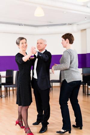baile moderno: Instructor de baile con pareja de ancianos de la mujer y el hombre Foto de archivo