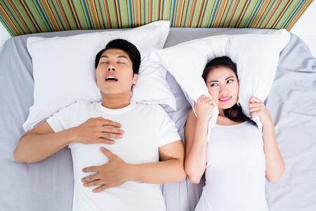 Chinesischer Mann Schnarchen halten seine unglückliche Frau wach Standard-Bild - 44549396