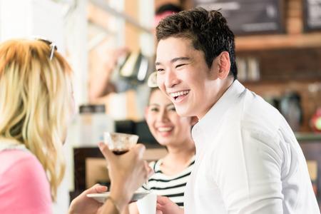 Menschen, die Kaffee und Spaß in den asiatischen Café trinken Espresso Standard-Bild - 45162484