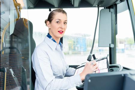 chofer de autobus: Programa piloto femenino de autobuses en asiento del conductor