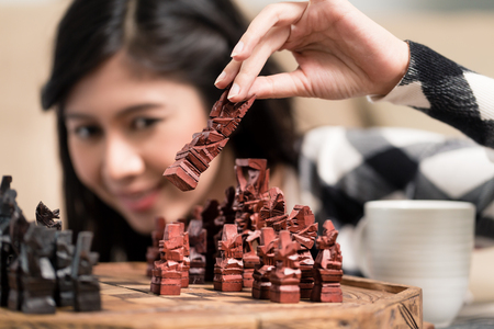 jugando ajedrez: Mujer indonesia cifra entorno jugando al ajedrez