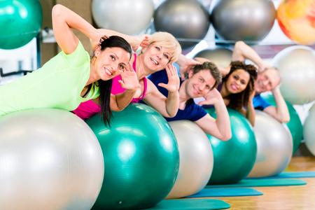 grupos de personas: Deporte y fitness en el gimnasio - diverso grupo de formación de personas, grupo de la diversidad de las personas mayores, jóvenes, blanco y negro