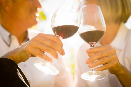 bebiendo vino: Close-up shot de pareja de ancianos beber vino tinto Foto de archivo