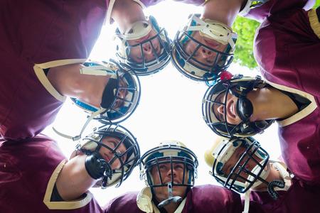 Football americano della squadra avendo huddle in partita Archivio Fotografico