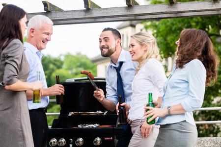 Büro-Kollegen trinken Bier nach der Arbeit auf der Terrasse feiern Standard-Bild - 45826255
