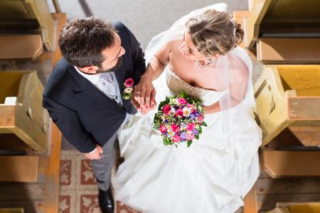 結婚式のカップルが教会で結婚 写真素材