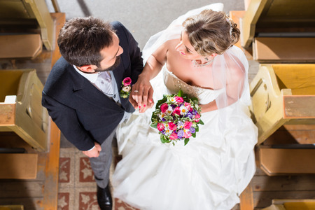 Wedding couple se marier à l'église Banque d'images - 45826257