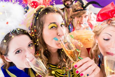 mascaras de carnaval: La gente en la fiesta bebiendo champán y que celebran cumpleaños o Nochevieja