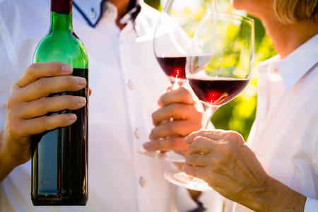 一对老年夫妇喝红酒的特写