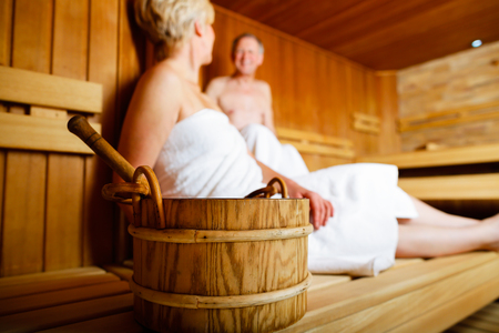 Seniors in sauna sweating and relaxing Banque d'images