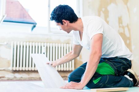 trabajando en casa: Limpiador de piso de trabajo en casa en proyecto de mejora
