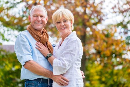 Esposas: Hombre mayor y mujer, marido y mujer, que abarca unos a otros en amor
