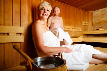 Anziani in sauna sudorazione e rilassante Archivio Fotografico
