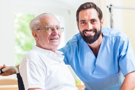 haushaltshilfe: Älterer Mann und Krankenschwester im Altenheim
