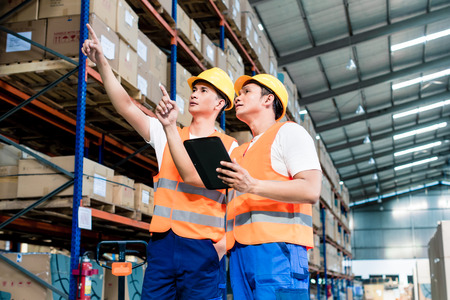 Arbeiter in Logistiklager am Staplerprüfung Liste Standard-Bild - 47847195