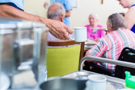 Infirmière servant des repas en maison de soins infirmiers
