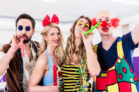 mascaras de carnaval: Parte de personas que celebran el carnaval o Nochevieja Foto de archivo