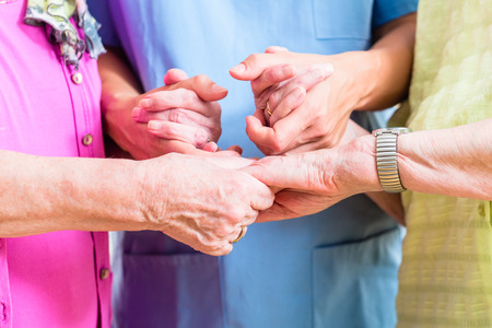 grupos de personas: Enfermera de cuidados de ancianos con dos mujeres mayores