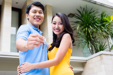 Chinesisches Paar, Frau und Mann, die Schlüssel zu ihrem neuen Zuhause bewegen Standard-Bild - 51586208