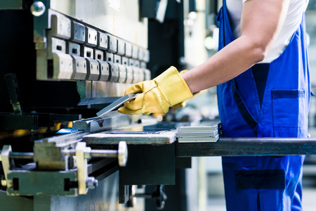 Asiatische Arbeiter in Fabrik in Metall Sprungmaschine Putting Werkstück Standard-Bild - 51589678