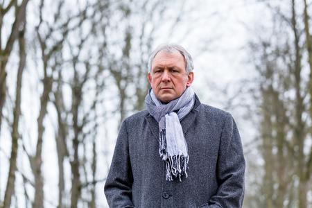 homme triste: Déprimé ou triste homme qui marche en hiver