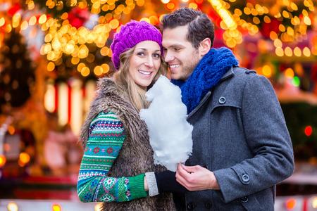 cotton candy: Pares en el mercado de Navidad comiendo algod�n de az�car