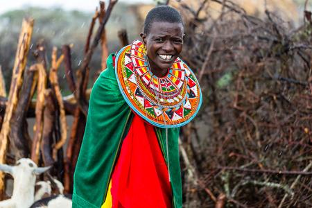 Mujer de Massai de pie en su pueblo